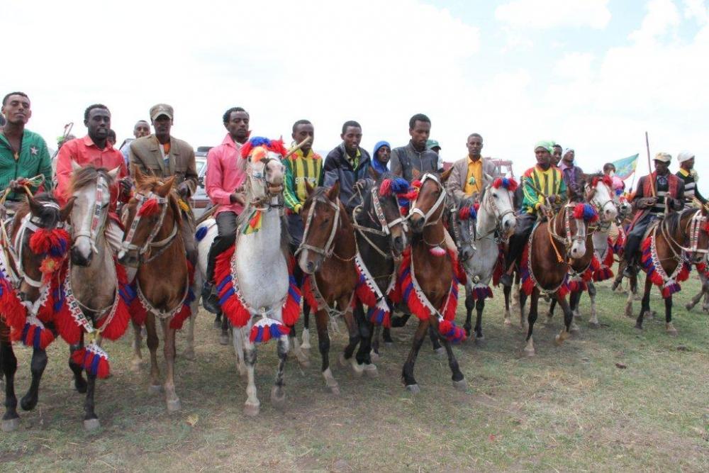 01-Greeting-by-Oromia-Horseman.jpg