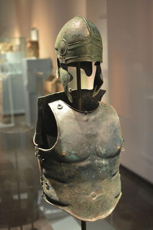 1200px-Greek_bronze_panoply_in_RMO_AvL.J