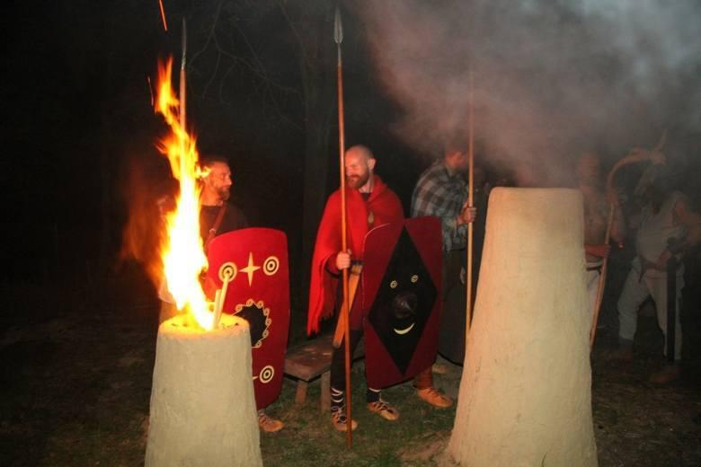 La imagen puede contener: 1 persona, de pie, fuego y exterior