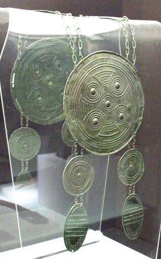 - Pectoral de bronce Celtibéro . 425-326 a.C. Edad de Hierro ll . Necrópolis de El Altillo . Guadalajara , España