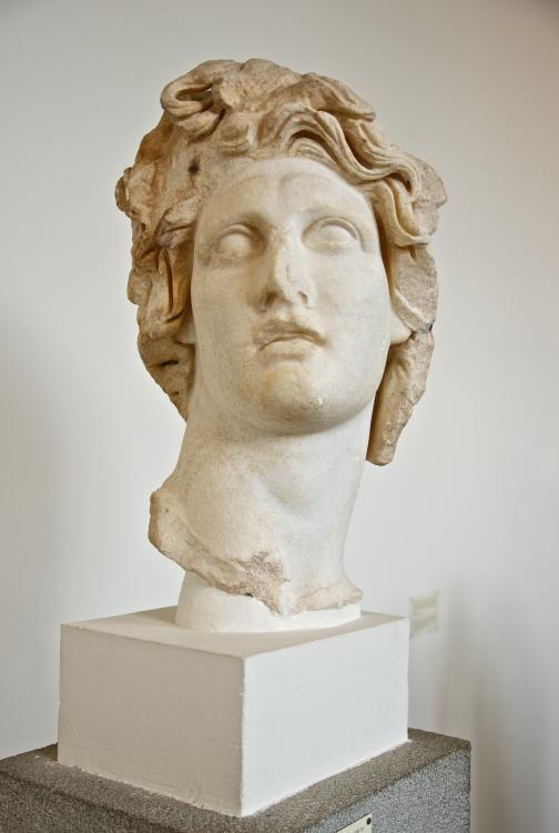 https://upload.wikimedia.org/wikipedia/commons/c/cc/Head_Helios_AM_Rhodes_E49.jpg