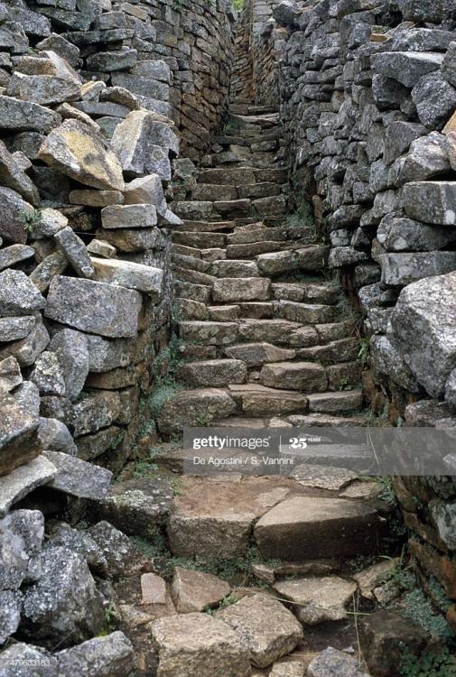 stone-steps-ruins-of-great-zimbabwe-zimb