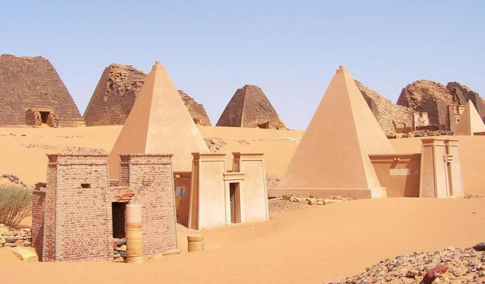 Sudan_Meroe_Pyramids_30sep2005_2.jpg