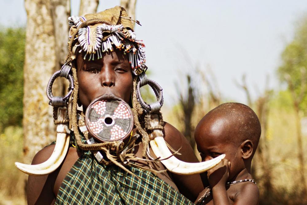 Mursi-people-Ethiopia-mother-child.thumb.jpg.8d9edf1698201e2eb94ed180ee77009a.jpg