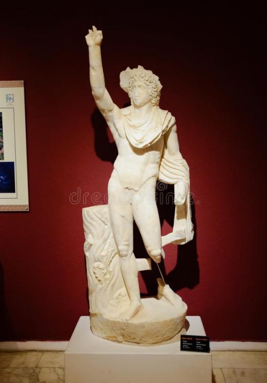 estatua-de-las-estatuas-helios-marble-dioses-y-emperadores-la-antigüedad-en-el-museo-antigüedades-antalya-turquía-mayo-151718038.jpg