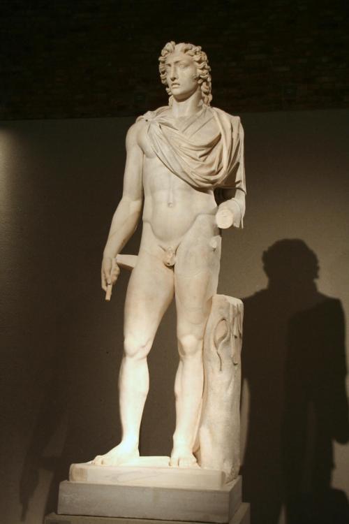 Neues_Museum_-_Kolossalstatue_des_Sonnengottes_Helios.jpg