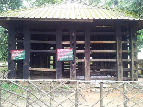 wooden-cage-at-elephant.jpg